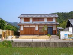 嵯峨野に溶け込んだなつかしいたたずまいの家