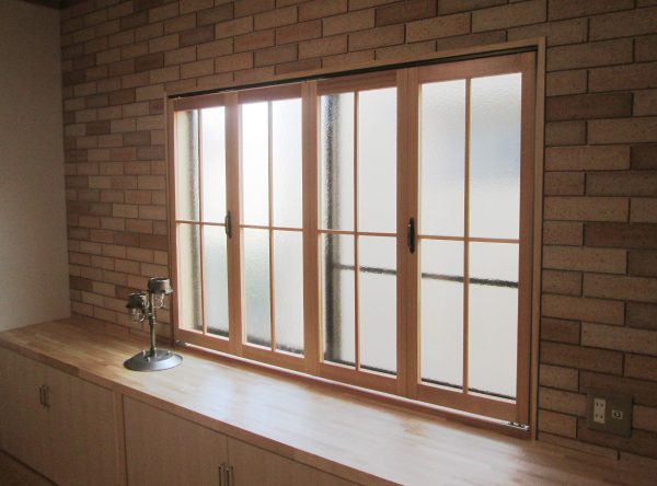 窓まわりにはレンガ調のタイルを貼り、特別にデザインした内窓を取り付けています
